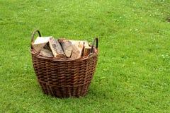 Panier avec le bois de chauffage Images stock