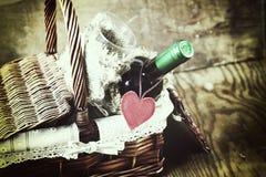 Panier avec le coeur d'amour de vin Photo stock