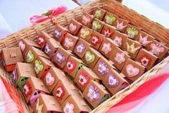 Panier avec les bonbons emballés Photos stock