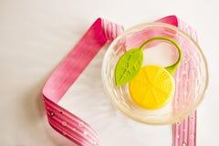 Panier avec les citrons artificiels Photo stock