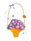 Panier avec les fleurs bleues. Photo stock