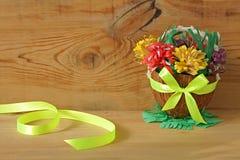 Panier avec les fleurs de papier, ressort DIY images stock