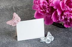 Panier avec les pivoines roses sur le fond gris Photographie stock libre de droits