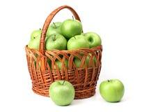 Panier avec les pommes vertes. Image libre de droits