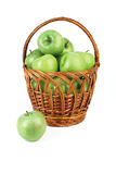 Panier avec les pommes vertes. Photographie stock