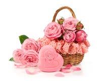 Panier avec les roses et le boîte-cadeau Photo stock