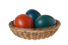 Panier avec trois oeufs de pâques colorés Images stock