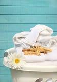 Panier blanc avec la blanchisserie Photographie stock