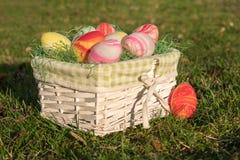 Panier blanc de Pâques sur un site nouveau Photographie stock