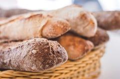 Panier complètement des pains entiers de petit pain de grain image stock