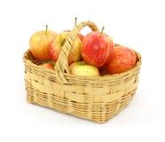 Panier complètement des pommes de gala images libres de droits