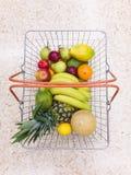 Panier complètement des fruits Photo stock