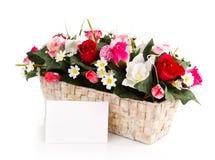 Panier décoré de fleurs Photographie stock