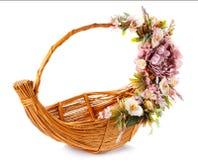 Panier décoré des fleurs d'isolement sur le blanc Images libres de droits