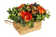 Panier décoratif avec les fleurs artificielles Image libre de droits