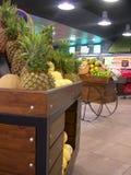 Panier d'ananas dans un hypermar Photos stock