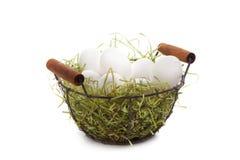 Panier d'oeufs de pâques, série, paille, d'isolement sur le blanc image libre de droits