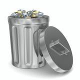 Panier d'ordures avec des dollars sur le fond blanc Images libres de droits