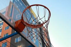 Panier de basket-ball accrochant dans la cour pour des sports Images libres de droits