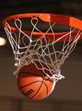 Panier de basket-ball avec le basket-ball Photos libres de droits