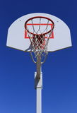 Panier de basket-ball sur le fond de ciel bleu maille durable photo stock