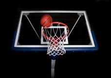 Panier de basket-ball sur le fond noir Images libres de droits