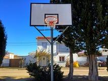 Panier de basket-ball sur un terrain de jeu Photos libres de droits