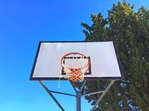 Panier de basket-ball sur un terrain de jeu Images libres de droits