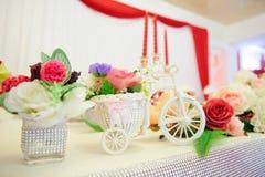 Panier de bicyclette avec des fleurs Photo libre de droits