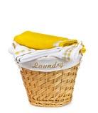 Panier de blanchisserie avec l'essuie-main image stock