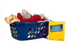 Panier de blanchisserie avec le détergent - travaux du ménage Photos libres de droits
