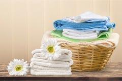 Panier de blanchisserie avec les serviettes colorées photos stock