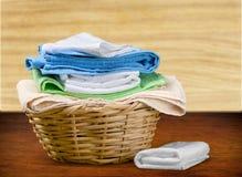Panier de blanchisserie avec les serviettes colorées sur le fond photographie stock libre de droits