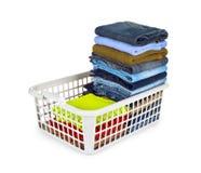 Panier de blanchisserie avec les vêtements pliés image libre de droits