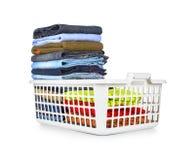 Panier de blanchisserie avec les vêtements pliés photos libres de droits