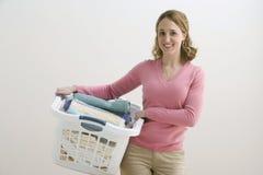 Panier de blanchisserie de fixation de femme photographie stock