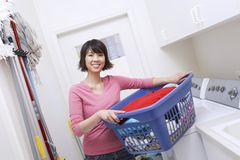 Panier de blanchisserie de transport de femme image stock