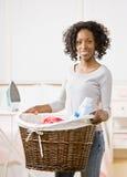 Panier de blanchisserie de transport de femme au foyer image stock