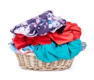 Panier de blanchisserie du tir horizontal de vêtements d'isolement sur le CCB blanc images stock