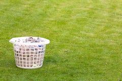 Panier de blanchisserie sur la pelouse images stock
