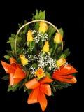 Panier de bouquet de roses Photographie stock libre de droits