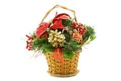 Panier de cadeau de Noël avec des éléments de deco Image libre de droits