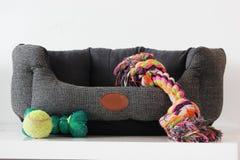 Panier de chien avec des jouets image stock