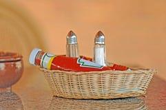 Panier de condiment au restaurant photos stock