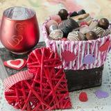 Panier de différentes sucreries, de biscuits et de coeur décoratif de jour de valentines sur la vieille boîte Photos stock