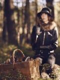 Panier de femme et de champignon Photo stock