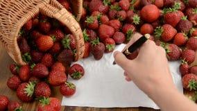 Panier de fraises sur la table en bois fabrication de confiture écriture anonyme sur le copyspace vide de papier à lettres clips vidéos