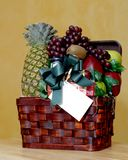 Panier de fruit avec la carte de cadeau Photographie stock