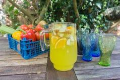 Panier de fruit avec la cruche de courge orange Images libres de droits