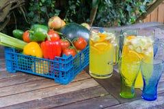 Panier de fruit avec la cruche de courge orange Images stock